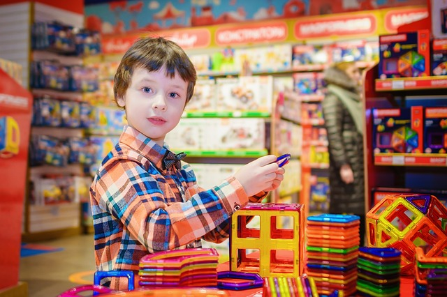 kluk v hračkárně