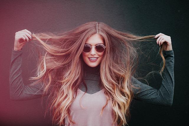žena a dlouhé vlasy.jpg