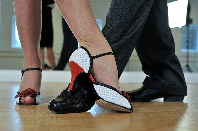 nohy tanečníků