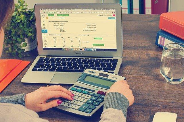 účetní s kalkulačkou