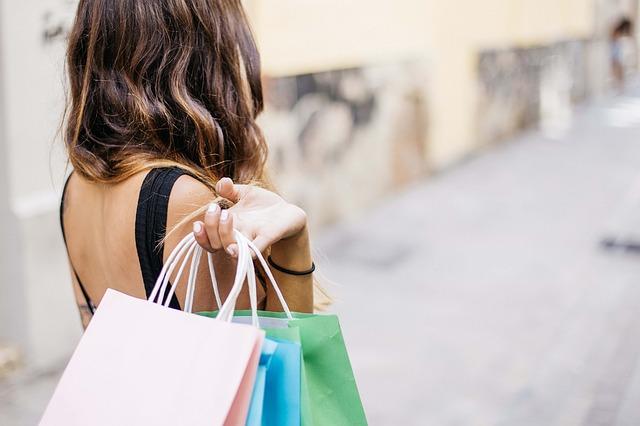 brunetka po nákupech