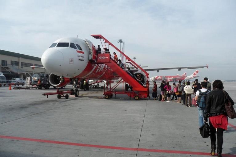 cestující nastupují do letadla